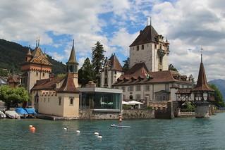 Schloss Oberhofen ( Bergfried 12. Jahrhundert - château castello castle ) im Dorf Oberhofen am Thunersee im Berner Oberland im Kanton Bern der Schweiz