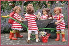 Kleine Gärtnerinnen ... (Kindergartenkinder) Tags: seppenrade sanrike tivi rosengarten blumen personen kindergartenkinder garten blume park frühling annette himstedt dolls milina annemoni jinka