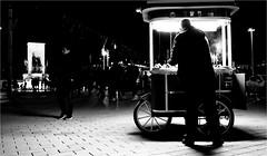 spi_204 (la_imagen) Tags: sw bw blackandwhite siyahbeyaz monochrome street streetandsituation sokak streetlife streetphotography strasenfotografieistkeinverbrechen menschen people insan türkei turkey türkiye turquía istanbul istanbullovers pera beyoğlu taksim taksimmeydanı taksimplatz taksimsquare