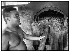 Fufatoga, Futuna, 2017 (Christian Neumüller) Tags: océanpacifique pacificocean boulangerie travailcollectif backery pain bread coconut banana noiretblanc blackandwhite nb bw olympus em1