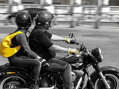 A Touch of yellow (Audrey.Hell) Tags: bicker harleydavidson streetphotography noiretblanc blackandwhite paris couple moto flou jaune yellow