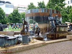 Süd-Brunnen auf dem Wittenbergplatz im Bezirk Tempelhof-Schöneberg Berlin (magritknapp) Tags: brunnen buddys berlin tempelhofschöneberg wittenbergplatz fountain fontaine fuente fonte fontana