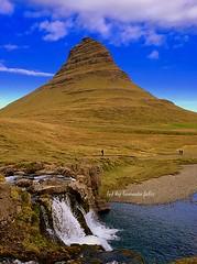 Cascada Kirkjufoss y montaña Kirkjufell  .Icono de Islandia. (lameato feliz) Tags: islandia cascada montañakirkjufel cascadakirkjufoss paisaje naturaleza