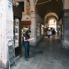 Skinheads (photo & life) Tags: italie italia venise ville city jfl photography photolife™ street streetphotography colors fujifilm fujinon fujifilmxpro2 fujinonxf14mmf28r humanistphotography squareformat squarephotography women europe skinheads