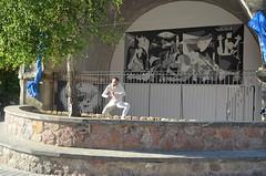 Gernika murala margotu du herritar talde batek