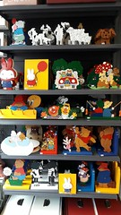 Diverse kinderartikelen. Onder andere: boekensteun, kapstok, lamp, schilderij.