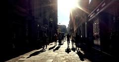 """""""Resplandor"""" (atempviatja) Tags: resplandor calle sol urbano paseo caminar grupo gente luz edificio peaton barcelona"""