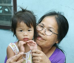 trying to teach her how to 'wai' (the foreign photographer - ฝรั่งถ่) Tags: cute child teaching wai grandma glasses spectacles khlong thanon portraits bangkhen bangkok thailand canon kiss