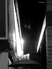 Callejón estrecho hacia... Narrow alley towards... (Esetoscano) Tags: callejón alley luz light reflejo reflection paraguas umbrella sombras shadows bw bn byn monocromo monochrome experimental