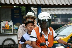 laughing eyes (the foreign photographer - ฝรั่งถ่) Tags: mother son motorcycle taxi driver khlong thanon portraits bangkhen bangkok thailand canon kiss