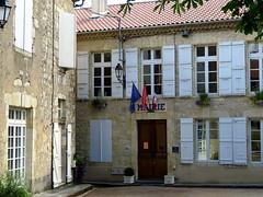 La mairie de St Puy... (LILI 296...) Tags: canonpowershotg7x mairie france gers midipyrénées drapeau bleu blanc rouge patriotisme fenêtre