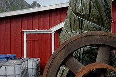 VII.2017 — Fuir au Nord, 114 (David Farreny) Tags: norvège norway norge norvègedunord nordland flakstad sund maison house bois wood rouge red falun roue wheel métal metal rouille rust rusty bâche cover tarpaulin plastique plastic tarp citernes cuves cisterns tanks poubelle bin trash garbage can montagne mountain pic peak sommet summit top corde rope porte door