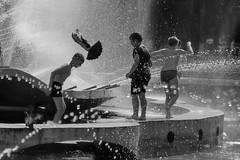Лететь... (olegkulishov) Tags: лето дети жара город улица городские наблюдения силуэт