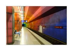 Warten (Fujigraf) Tags: train zug station ubahn candidplatz münchen menchen bunt