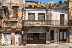 La boutique de couteaux (Myad) Tags: europe crète grèce ruine boutique pavé couteau vitrine enseigne porte fenêtre volet balcon mur fissure