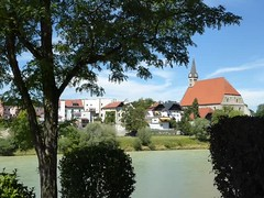 P1090405 VIDEO: / Glocken / Grenzbrücke / Stiftskirche / Salzachufer (Traud) Tags: germany austria border bridge deutschland grenze grenzbrücke jugendstil gotik kirche church glocken salzach ufer