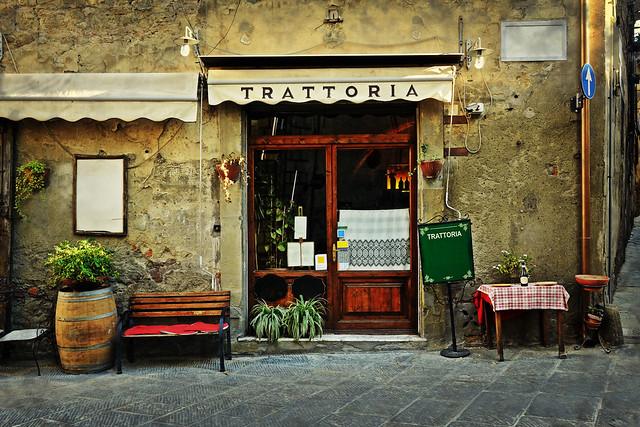 地元トラットリア・ピッシェリアの夕食&ナイトウォーク(ヨーロッパの街歩きのオプショナルツアー)