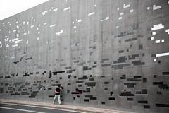 A passo d'uomo (jandmpianezzo) Tags: uomo man camminare passeggiare strada muro finestre vetri riflesso luce auto wall architettura cemento città diversi santacruz tenerife viaggio street persona passo
