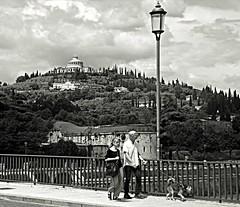 Passeggiando a Verona. (NUVOLA18) Tags: verona bianconero passeggiata ponte coppia cane