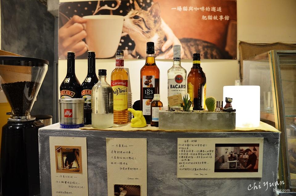 [台南]中西區神農街肥貓故事館。招牌磅蛋糕遇上酒瓶冷泡茶,貓式生活攝影展覽空間
