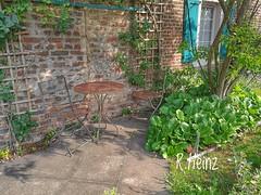 Großstadt Gemütlichkeit (rollirob) Tags: garten rost tisch stuhl vorgarten garden romantik huaweip9 handybild