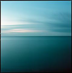 Ostsee (Konrad Winkler) Tags: ostee himmel stern blauestunde kimm horizont windräder langzeitbelichtung kodakektar100 mittelformat 6x6 hasselblad503cx epsonv800