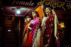 miss simpatía (paris_sousa) Tags: maniquí manikin vidriera window street india vanarasi benarés asia sari