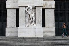 Milano, 2017 (ale66lo) Tags: milano milan lombardia lombardy italia italy piazza affari sguardi statua