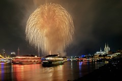 Cologne Lights 2017 (sigiha1953) Tags: fuji fujifilm fujifilmxt1 feuerwerk fireworks nachtaufnahme night nightshot nightphotography nordrheinwestfalen köln kölnerlichter cologne lights fujifilmxf1655mmf28rlmwr rhein rhine 2017