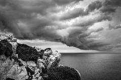 Nubes de tormenta (ccc.39) Tags: asturias cabopeñas gozón cantábrico nube nubarrón tormenta rocas byn bw black borrasca blackandwhite clouds sky seascape