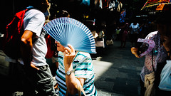 """Rumba Samba Mambo"" (Marián Company (The Fresh Feeling Project*)) Tags: retrato abanico calor abrasador anciana contraste color azul sol portrait blue contrast people shadow sombra street streetphoto streetphotographer city summer fan"