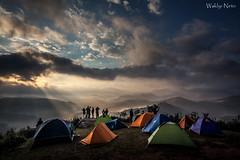 Amanhecer no Acampamento (Waldyr Neto) Tags: montanhas mountains amanhecer sunrise sunrays raiosdesol acampamento teresópolis pedradatartaruga cloudsstormssunsetssunrises
