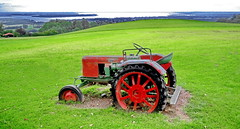 Out of order (gerard eder) Tags: world travel reise viajes europa europe deutschland alemania germany baviera bavaria bayern chiemsee chiemgau prien landscape landschaft paisajes natur nature naturaleza meadow traktor vintagetraktor fendt fendtdieselross wiese weide prado outdoor agricultura agriculture landwirtschaft frasdorf aschau seiserhof