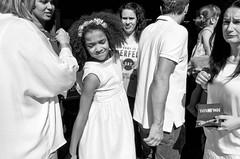 S/T (escael) Tags: bn leicax2 niña callejeando street portugal gente individuos leicacamera bw lisboa personas streetphotography fotografíadecalle blancoynegro calle leica