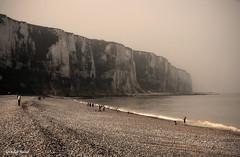 Scène de vie sur la plage (didier95) Tags: scenedevie letreport normandie plage monochrome galet falaise seinemaritime noiretblanc personnage baigneur mer