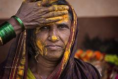 MAHAAKUTA : PEINTE EN JAUNE II (pierre.arnoldi) Tags: inde india canon tamron mahaakuta badami karnataka portraitdefemme portraitsderue pierrearnoldi photoderue photooriginale photocouleur