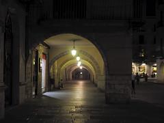 Plaça del Vi (queropere) Tags: girona nit nocturna solitud gent viure diferent queropere