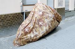 Camouflage (Florian Thein) Tags: berlin kreuzberg bürgersteig gehsteig cover hülle camouflage garage fpolie abdeckung plastik motorrad motorbike fancy farbe color flecktarn film analog 35mm kleinbild canonf1 kodakportra