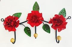 Cabideiro 03 ganchos. Aguenta bolsa, casacos, mas também pode ser usado na cozinha para pendurar pano de prato, ou no banheiro par colocar toalhas. Gostou? #cabideiro #artesanatomineiro #decoração #casa #decoraçãomineira #flores #flordeferro #decorando #d (fabriciabarcelos) Tags: artesanatomineiro decorando cabideiro flores decoração decora flordeferro decoraçãomineira casa decorarmaispormenos decorar