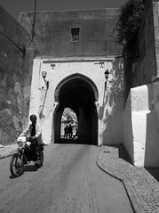 bab kasba (pepe amestoy) Tags: blackandwhite streetphotography people tanger morocco fujifilm xe1 voigtländer color skopar 421 vm m mount