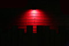 Lumière rouge (Pi-F) Tags: lumière nuit rouge planche bois décoration plage halo noir texture couleur barrière séparation cloture