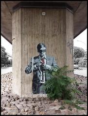 Köln - Parkgürtel (abudulla.saheem) Tags: man mann blindfold augenbinde tie krawatte graffito bridgeabutment brückenpfeiler concrete beton parkgürtel köln cologne rhineland rheinland nrw germany deutschland samsung galaxy s4 abudullasaheem