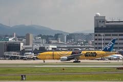 Itami Airport 2017.7.19 (6) JA743A & JA604A / C-3PO ANA JET (B777-200) & STAR WARS ANA' JET (B767-300) (double-h) Tags: omd em1markii omdem1markii lumixgxvariopz45175mmf4056asphpowerois rjoo itm osakaairport itamiairport 大阪空港 伊丹空港 airplane 飛行機 伊丹スカイパーク itamiskypark ja743a ana 全日空 b767 b767300 specialpainting 特別塗装 c3po starwars スターウォーズ スター・ウォーズ ja604a