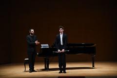 Brais González acompaña al piano al peregrino musical Daniil Serdyukov