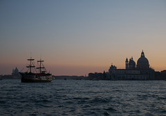 The most unlikely city VIII (-arminius-) Tags: p1010348w2560 venedig venezia venice salute santamariadellasalute lagune laguna schiff sonnenuntergang dusk