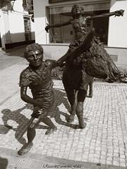 Idilio de Abril - Idyll of April (ricardocarmonafdez) Tags: escultura sculpture urbano urban urbanscene monocromo monochrome blackandwhite bw bn light sunlight sombras shadows contraste contrast