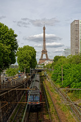 Paris : The Eiffel Tower is a railroad / La Tour Effeil est une voie ferré (Pantchoa) Tags: paris france toureiffel rer rails tour voieferrée quaiandrécitroën nikon d7200 18140 ciel nuages arbres train pontdegrenellecadetsdesaumur