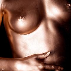 Laura Cuivre - 150417 - 200 - 1920 (Gaël Laporte) Tags: studio noir modèle femme sexy sensuel nue nude sein main gros plan détail couleur body painting cuivre brillant oil huile massage téton d7200 nikon d85 f18 square format carré