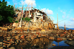 破落美    Dilapidated beauty (C. Alice) Tags: abandoned summer color city wall roof sky cloud reflection sea seashore beach window architecture building blue yellow red village 2017 hongkong canonef24105mmf4lisusm canoneos6d eos6d canon 24105mm autofocus