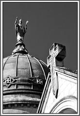 6 - Tours, Basilique Saint-Martin, Statue sur le dôme (melina1965) Tags: juillet july 2007 centrevaldeloire indreetloire tours nikon d80 noiretblanc blackandwhite bw église églises church churches sculpture sculptures statue statues toit toits roof croix cross crosses